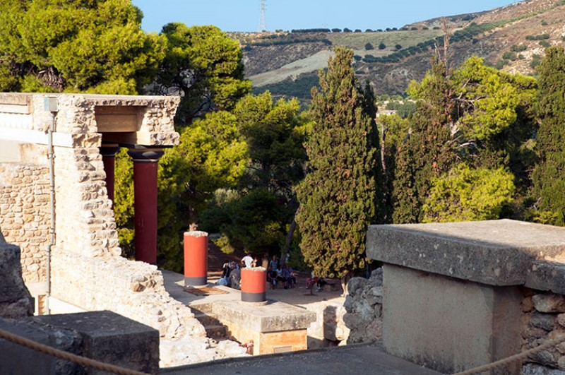 Turisti sotto l'ombra. The Palace of Knossos