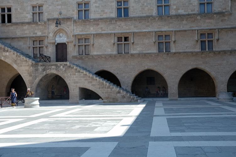 Scorcio della corte con portico ad arcate palazzo del for Planimetrie del palazzo mediterraneo